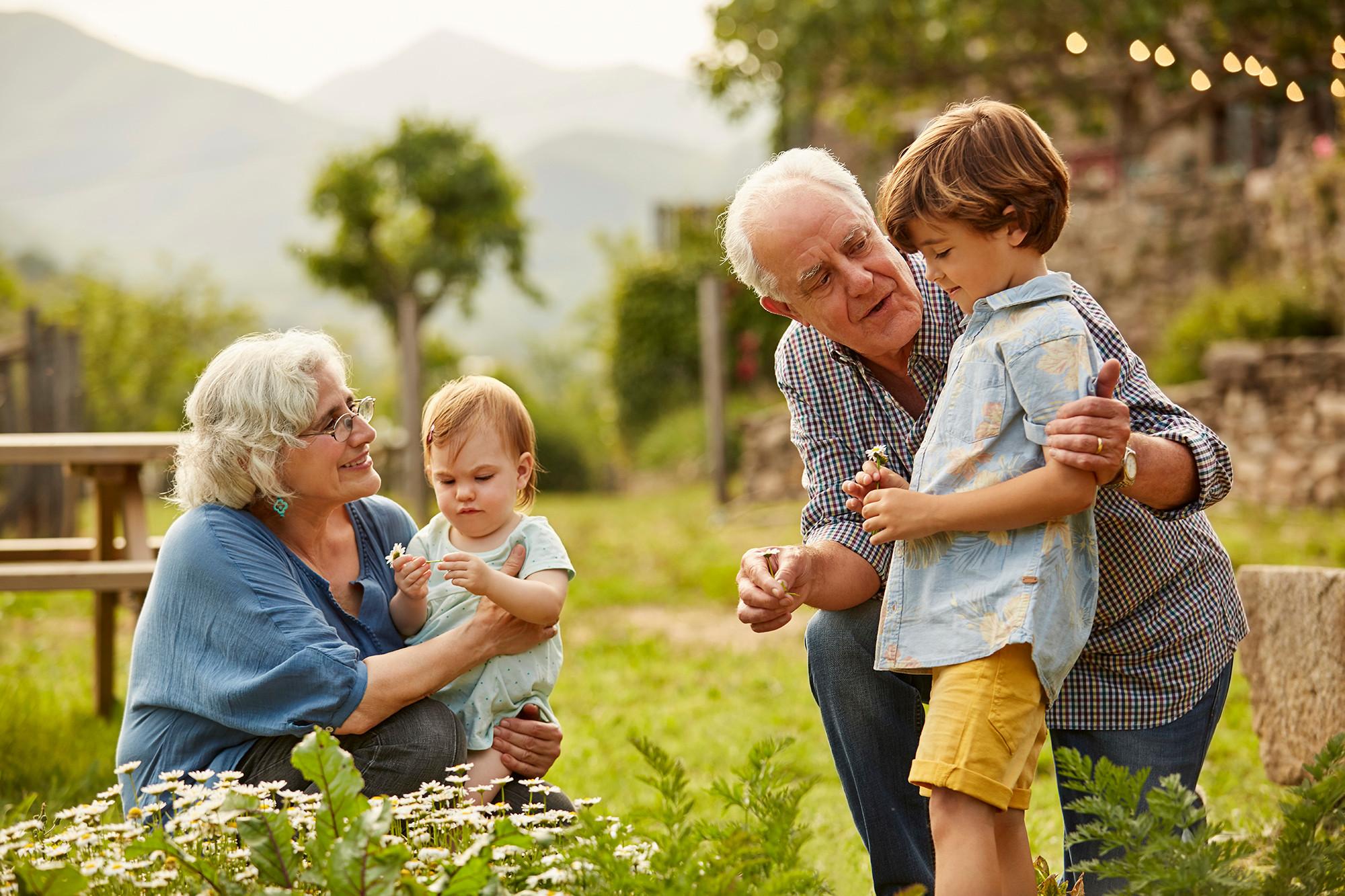Топ-5 мудрых советов, как правильно вырастить внуков