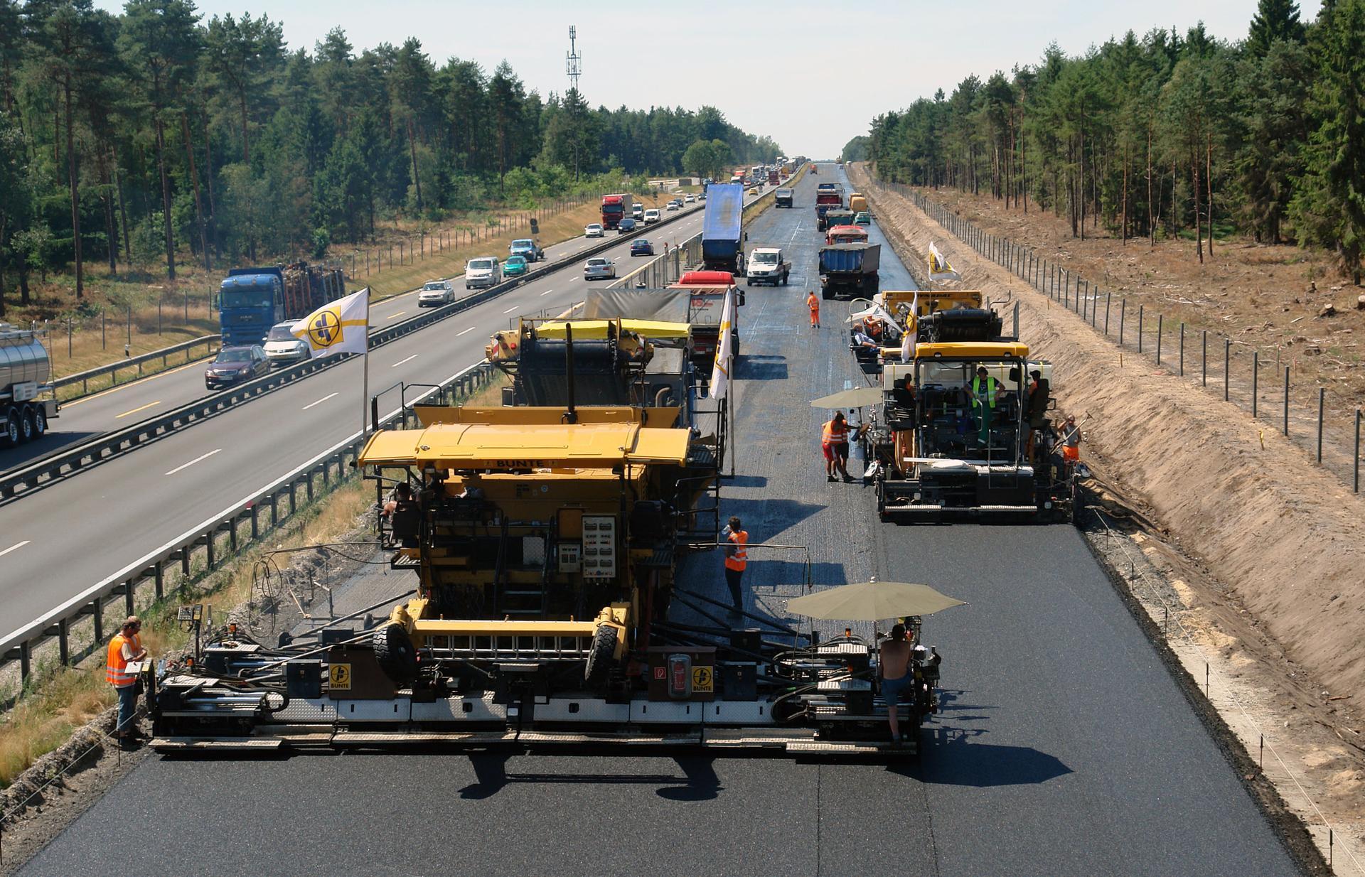 Госдума приняла решение привлекать к строительству дорог заключенных